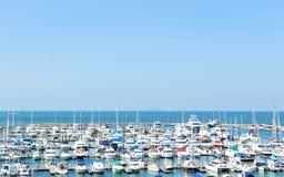 Port jacht na wybrzeżu na niebieskiego nieba tle Zdjęcia Royalty Free