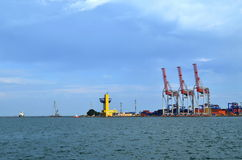 Port: kranar på arbete Arkivbild