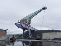 Port kranen på flodbanken i det industriella territoriet royaltyfri foto