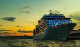 Port le Bosphore d'Istanbul de croisières Photos stock