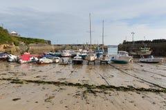 Port les Cornouailles Angleterre R-U de Newquay de marée basse de bateaux Images stock