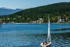 Port lynniga Kanada - Maj 28, 2017, Rocky Point Spray Park, segelbåtsportaktiviteter arkivfoton