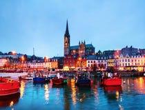 Port, maisons, restaurants, magasins, barres, bars et cathédrale au Ni image stock