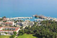 Port Marina Kemer, den hotellOzkaymak marina 5* och andra byggnader beskådar från berget, Turkiet, Kemer, April 29, 2019 royaltyfria foton