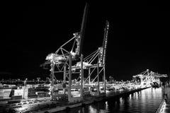 Port maritime avec des grues, chantier naval illuminé la nuit, Miami, Etats-Unis Image stock
