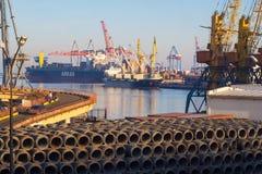 Port maritime d'Odessa avec des grues et des bateaux image stock