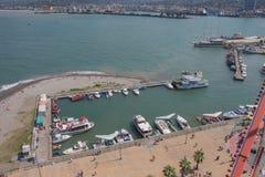 Port maritime de Batumi avec des bateaux Mouillage pour des bateaux Vue de grande roue du remblai de la station touristique g?org photo libre de droits