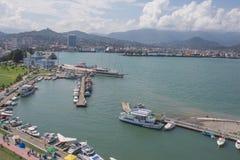Port maritime de Batumi avec des bateaux Mouillage pour des bateaux Vue de grande roue du remblai de la station touristique g?org photos libres de droits