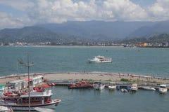 Port maritime de Batumi avec des bateaux Mouillage pour des bateaux Vue de grande roue du remblai de la station touristique g?org images libres de droits