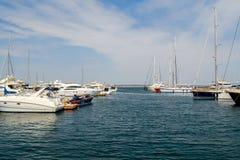 Port maritime de yacht, vue de paysage Ciel bleu, tourisme d'été Photographie stock