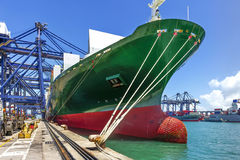 Port maritime et grues dans la cargaison Photos libres de droits