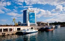 Port maritime et hôtel à Odessa, Ukraine Photographie stock