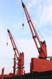 Port maritime gauche rouge de terminal de grue Photo stock