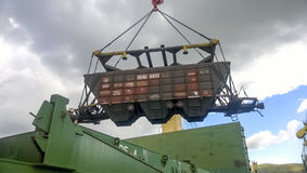 Port maritime industriel La rotation de la voiture avec le grain utilisant une grue à tour Photo stock