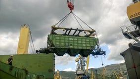 Port maritime industriel La rotation de la voiture avec le grain utilisant une grue à tour Photo libre de droits