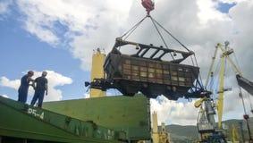 Port maritime industriel La rotation de la voiture avec le grain utilisant une grue à tour Image stock