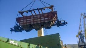 Port maritime industriel La rotation de la voiture avec le grain utilisant une grue à tour Photos stock