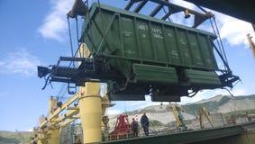 Port maritime industriel La rotation de la voiture avec le grain utilisant une grue à tour Images stock