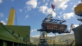 Port maritime industriel La rotation de la voiture avec le grain utilisant une grue à tour Photos libres de droits