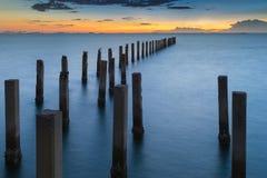 Port maritime naturel d'abandon avec le ciel de coucher du soleil Photographie stock libre de droits