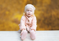 Port mignon de petit enfant vêtements tricotés en automne photographie stock