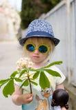 Port mignon de petite fille reflété autour des lunettes de soleil Images libres de droits
