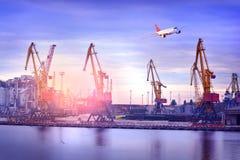 Port morski i samolot dalej nad zdjęcie stock
