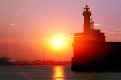 Port morski. Stara latarnia morska. Wschód słońca. Zdjęcia Stock