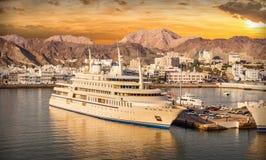 Port muszkat w Oman z statkami przy zmierzchem Zdjęcia Stock