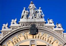 Port myndighetsbyggnadsstatyer Barcelona Spanien Arkivfoto