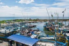 Port nella città in pieno dei pescherecci Immagine Stock Libera da Diritti