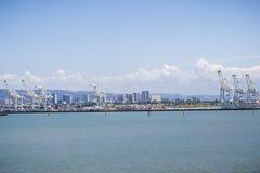Port Oakland żurawie, Oakland śródmieście w tle, San Francisco zatoki teren, Kalifornia obraz stock