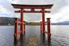 Port och sjö Ashi, Japan för Hakone relikskrin` s royaltyfria foton