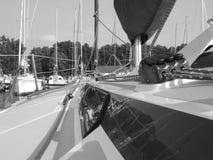 Port på polska Mazury sjöar i sommar - sikt från fartygdäck i svartvitt royaltyfri bild