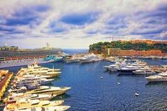 Port på den Hercule marina, lyxskepp och den kryssningeyeliner och slotten Arkivfoto