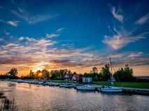Port pittoresque et beau au coucher du soleil Photo stock