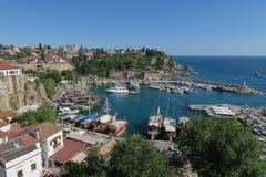 Port pour des touristes, des bateaux de navigation et les murs de ville dans Antalyas Oldtown Kaleici, Turquie Images libres de droits