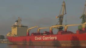 Port, Rosja: pracuje w porcie, wielki ładunku statek statek w tle zbiory