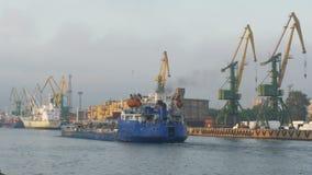 Port, Rosja: pracuje w porcie, wielki ładunku statek statek w tle zdjęcie wideo