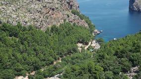 Port Sa Calobra,马略卡,西班牙de 与绿松石海的海湾从小山的顶端 影视素材