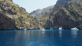 Port Sa Calobra,马略卡,西班牙de 与绿松石海的海湾从小船 库存图片