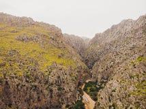 Port Sa Calobra de -美丽的沿海路和风景马略卡,西班牙 免版税库存照片