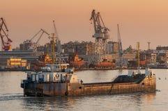 PORT SAID /EGYPT 02. JANUARI 2007 - den lilla fraktbåten skriver in Suez Fotografering för Bildbyråer