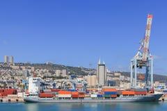 Port skeppsdockan med behållareskeppet och olika märken och färger av sändningsbehållare som staplas i en hållande plattform Fotografering för Bildbyråer