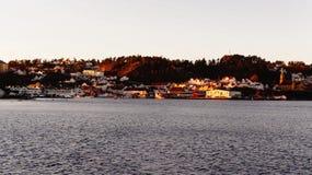 Port som lokaliseras i den lilla norska staden arkivfoto
