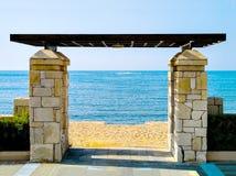 Port som skriver in stranden mot havet Royaltyfri Fotografi