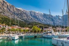 Port, stad och Biokovo berg-Baska Voda, Kroatien Royaltyfria Foton