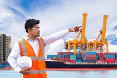Port teknikern som framme står av den industriella hamnen med Co royaltyfria bilder