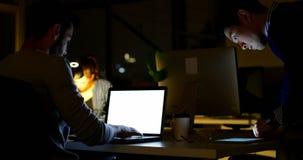 Port?til de utiliza??o executivo masculino na mesa no escrit?rio 4k vídeos de arquivo