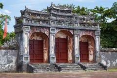 Port till imperialistiska Minh Mang Tomb i ton, Vietnam Arkivfoto